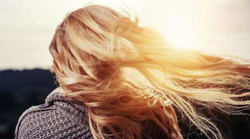Été : pourquoi nos cheveux deviennent plus clairs au soleil ?