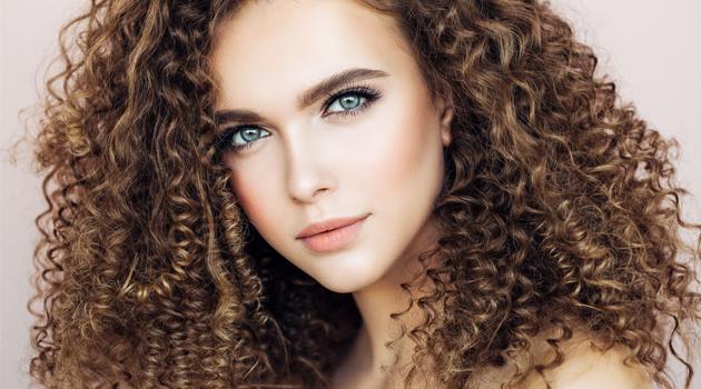 Cheveux bouclés : les 15 astuces infaillibles